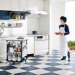栗原はるみプロデュース『harumi's kitchen』 使いやすくて、楽しくて、自由なキッチン!!  カウンター下には自由に移動できる可動式ワゴン、「ワークトップワゴン」が付いています。